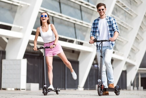 couple en trottinette